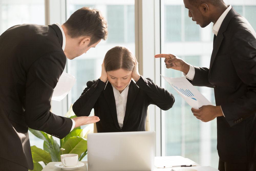 Votre travail a été remis en question par un de vos collègues. Il critique notamment votre manque de communication. Comment réagissez vous ?
