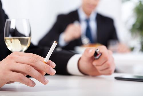 Il est interdit de boire de l'alcool et fumer au travail.