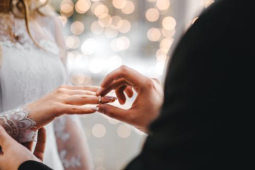 Je demande si mon cousin et son amie sont mariés. Depuis combien de temps se connaissent-ils ? Ce qui donne en Anglais :