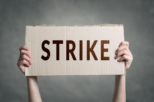 J'entends parler des grèves de transport en France. Je risque de ne pas pouvoir rentrer demain. J'espère que cela se termine bientôt. Comment puis je demander à mon cousin de rester une semaine de plus chez lui ?